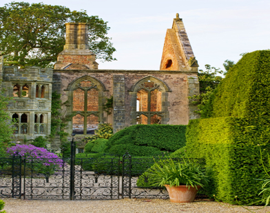 Ruins-and-topiary-hedge-Ny